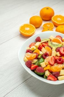 Vooraanzicht smakelijke fruitsalade met verse mandarijnen op witte zachte bes foto fruitige boom rijpe gezondheid