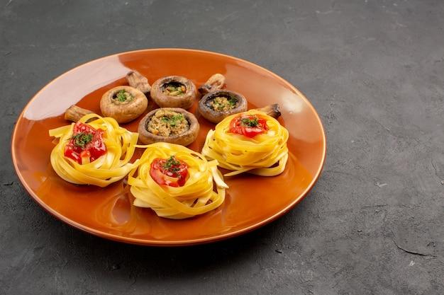 Vooraanzicht smakelijke gekookte champignons met deegdeegwaren op het dinervoedsel van de donkere lijstmaaltijd