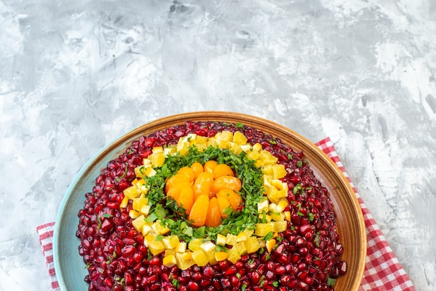 Vooraanzicht smakelijke granaatappelsalade op wit