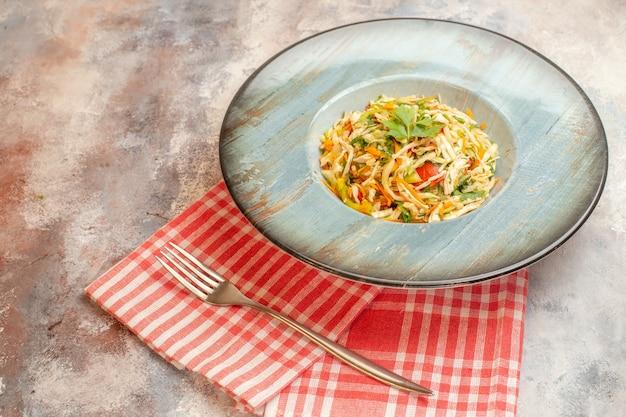 Vooraanzicht smakelijke groentesalade op lichte achtergrond schotel foto dieet voedsel kleur maaltijd gezondheid