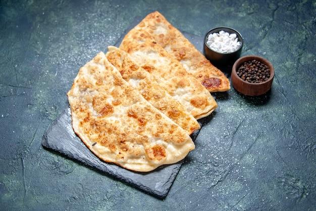 Vooraanzicht smakelijke gutabs dunne hotcakes met gehakt op donkere ondergrond