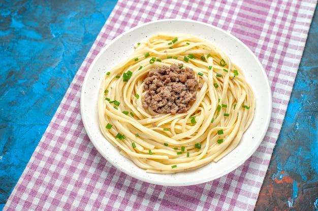 Vooraanzicht smakelijke italiaanse pasta met gehakt op blauwe schotel vlees deeg kleur maaltijd eten