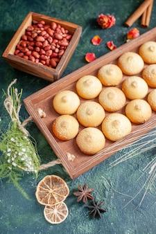 Vooraanzicht smakelijke koekjes in houten kist op donkere ondergrond
