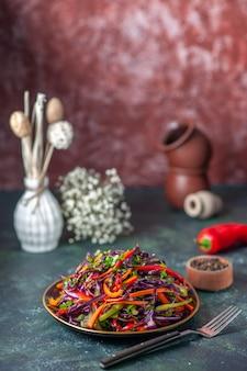 Vooraanzicht smakelijke koolsalade binnen plaat op de donkere achtergrond maaltijd vakantie dieet gezondheid lunch snack brood eten