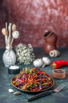 Vooraanzicht smakelijke koolsalade binnen plaat op donkere achtergrond maaltijd vakantie dieet gezondheid snack brood eten lunch