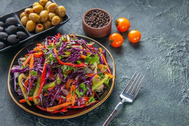 Vooraanzicht smakelijke koolsalade met olijven op donkere achtergrond maaltijd gezondheid brood snack lunch vakantie voedsel dieet