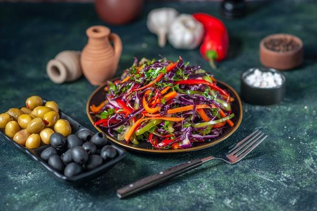 Vooraanzicht smakelijke koolsalade met olijven op donkere achtergrond snack maaltijd vakantie gezondheid brood eten lunch groente