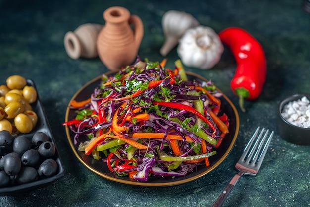 Vooraanzicht smakelijke koolsalade met olijven op donkere achtergrond snack maaltijd vakantie gezondheid brood eten lunch plantaardig dieet