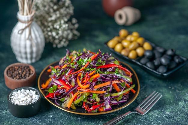 Vooraanzicht smakelijke koolsalade met olijven op een donkere achtergrond maaltijd vakantie dieet gezondheid brood voedsel lunch snack groente