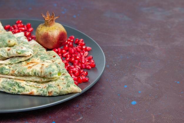 Vooraanzicht smakelijke qutabs gekookte deegstukken met groenten erin op een donker oppervlak vet kookdeegschotel maaltijd