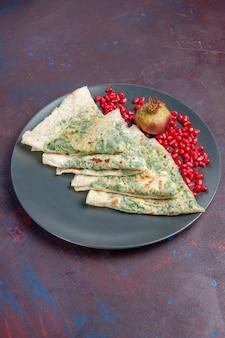 Vooraanzicht smakelijke qutabs gekookte deegstukken met groenten erin op een donker oppervlak vet kookschotel deegmaaltijd