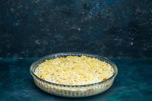 Vooraanzicht smakelijke salade met mayonaisegroenten en kaas op het donkerblauwe bureau.