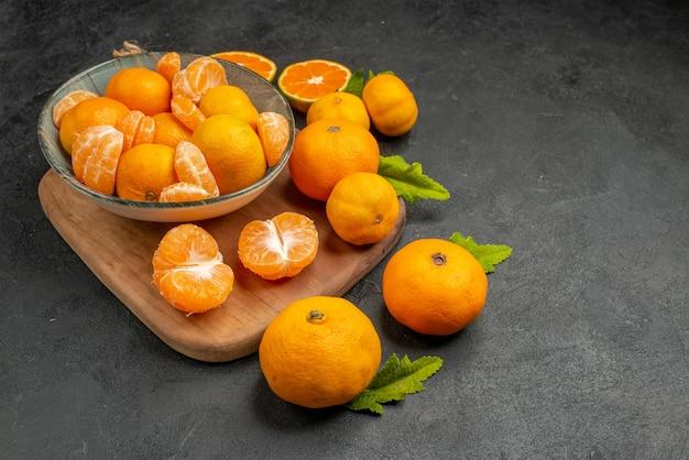Vooraanzicht smakelijke sappige mandarijnen in plaat op grijze achtergrond, zure exotische citruskleurenfoto oranje fruit