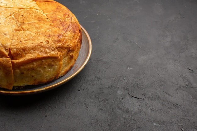 Vooraanzicht smakelijke shakh plov gekookte rijst binnen rond deeg op de grijze ruimte
