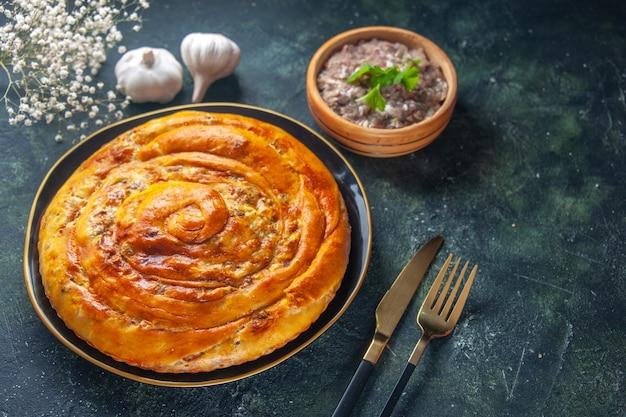 Vooraanzicht smakelijke vleespastei in pan met rauw vlees op donkerblauwe achtergrond cake eten bak koekjesdeeg oven taart gebak