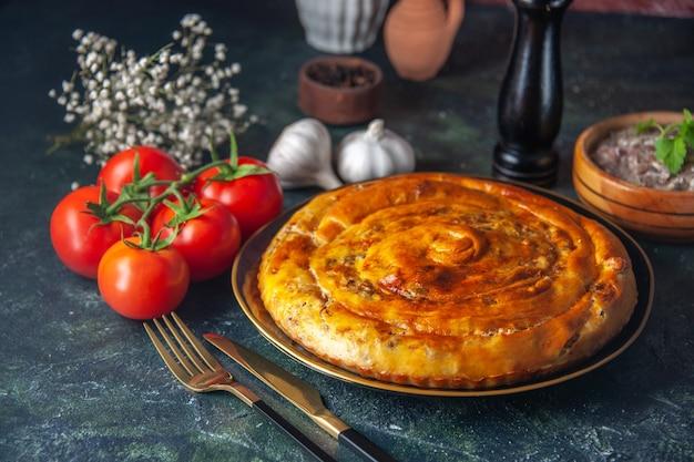 Vooraanzicht smakelijke vleespastei in pan op donkerblauwe achtergrond cake eten biscuit deeg oven taart gebak