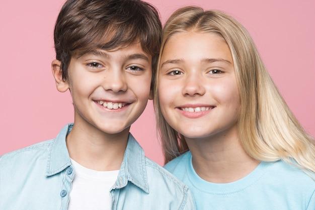 Vooraanzicht smiley jonge broers en zussen