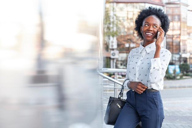 Vooraanzicht smiley jonge vrouw praten over de telefoon