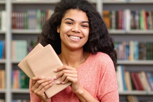 Vooraanzicht smiley meisje met boeken