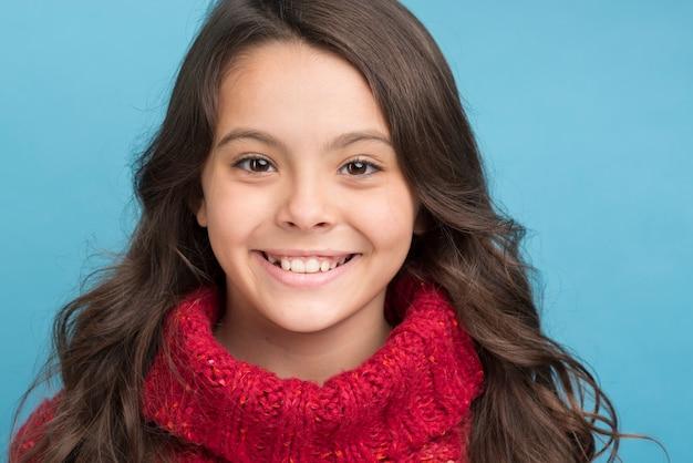 Vooraanzicht smiley meisje trui dragen
