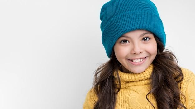 Vooraanzicht smiley meisje winter hoed dragen