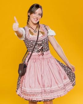 Vooraanzicht smiley vrouw in kostuum