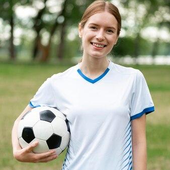 Vooraanzicht smiley vrouw met bal
