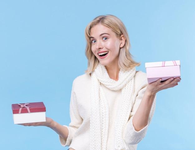 Vooraanzicht smiley vrouw met geschenken