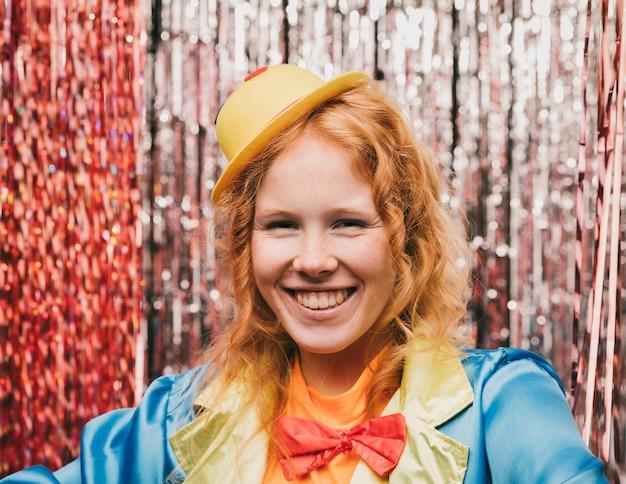 Vooraanzicht smiley vrouw op carnaval feest