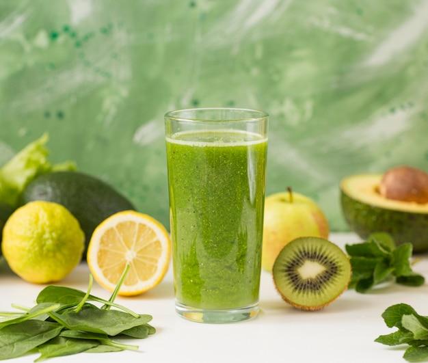 Vooraanzicht smoothie glas met mix van fruit