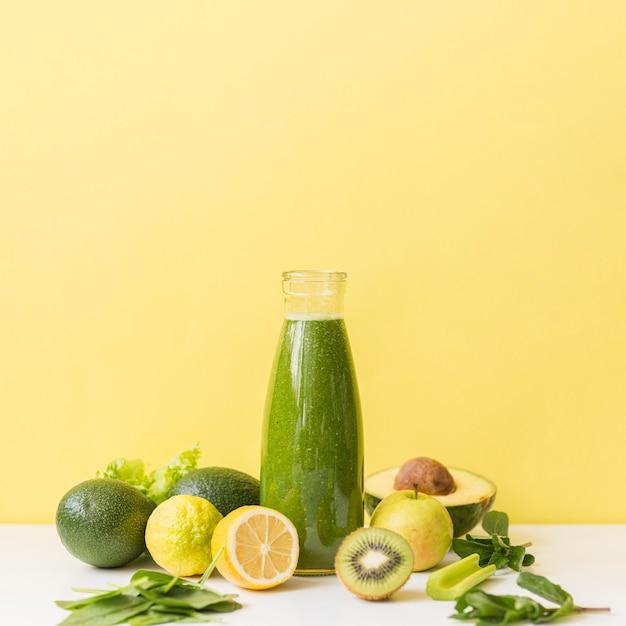 Vooraanzicht smoothie met kiwi en citroen met kopie-ruimte