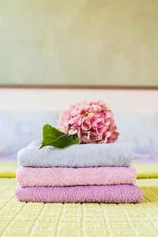 Vooraanzicht spa geurende handdoeken met bloem op
