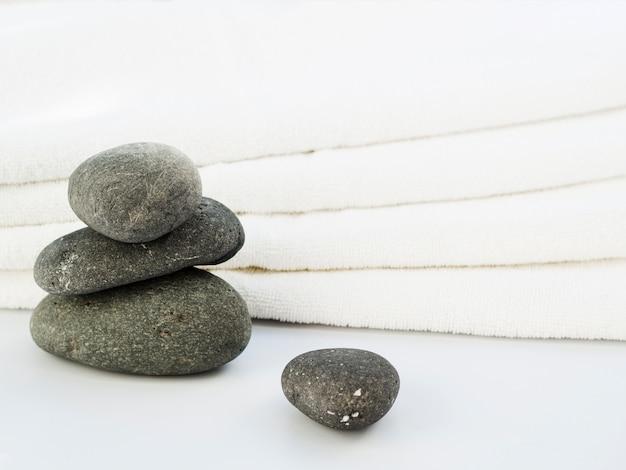 Vooraanzicht spa rotsen en handdoeken