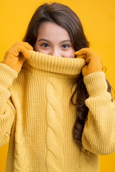 Vooraanzicht speels meisje dat seizoensgebonden kleding draagt