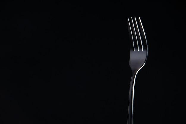Vooraanzicht stalen vork op zwarte oppervlak kopie plaats