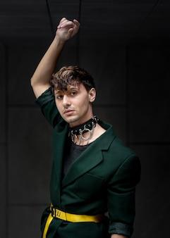 Vooraanzicht stedelijk portret van niet-binaire persoon in groen jasje