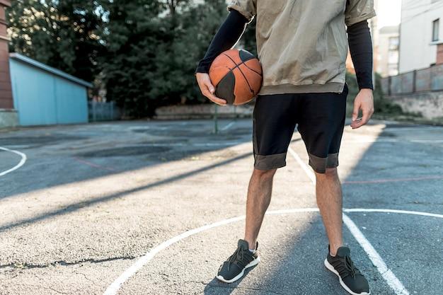 Vooraanzicht stedelijke basketbalspeler