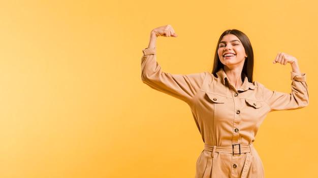 Vooraanzicht sterke vrouw in de studio