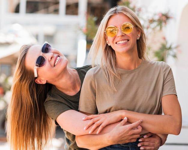 Vooraanzicht stijlvolle jonge vrouwen glimlachen