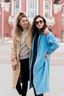 Vooraanzicht stijlvolle tieners samen poseren