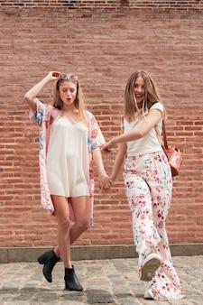 Vooraanzicht stijlvolle vriendinnen samen wandelen