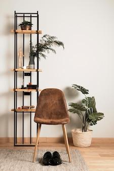 Vooraanzicht stoel met interieur plant