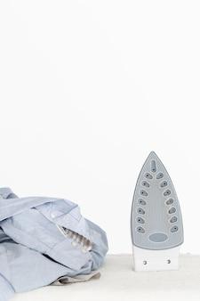 Vooraanzicht strijkijzer en kleding