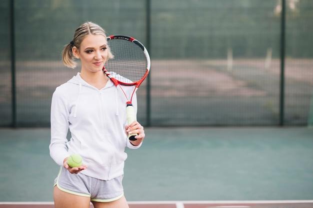 Vooraanzicht tennisspeler wegkijken