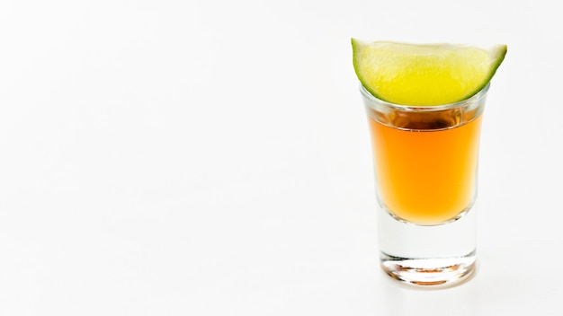 Vooraanzicht tequila shot en limoen met kopie-ruimte