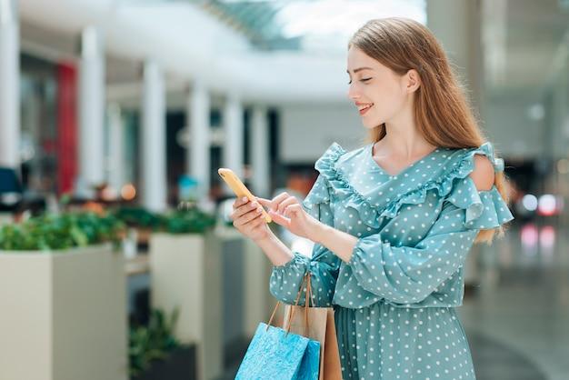 Vooraanzicht tevreden klant bij winkelcentrum