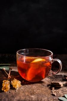 Vooraanzicht thee met schijfjes citroen en gekristalliseerde suiker