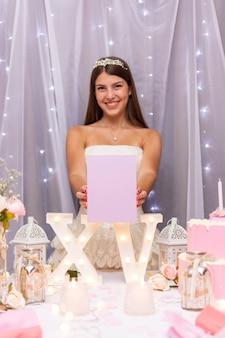 Vooraanzicht tienermeisje viert haar verjaardagsfeestje