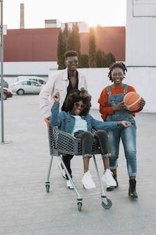 Vooraanzicht tieners samen poseren