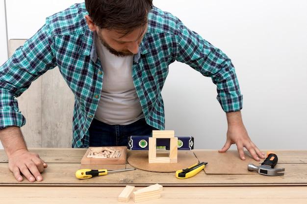 Vooraanzicht timmerman die in zijn atelier werkt